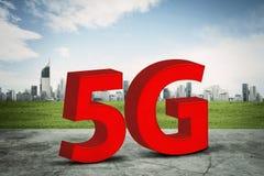 Symbol des Netzes 5G mit intelligentem Stadthintergrund lizenzfreie abbildung