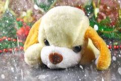 Symbol des Spielzeughundes des neuen Jahres 2018 umgeben durch dekorative Weihnachtselemente und -Tannenzweige Stockfotografie