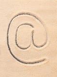 Am Symbol E-Mail-Adresse Ikone gezeichnet auf Sand Stockfotos