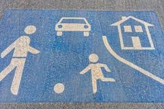 Symbol einer Spielstraße auf dem Boden einer Straße lizenzfreie stockfotografie