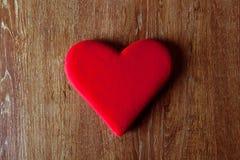 Symbol eines roten Herzens auf einem Holztisch Stockfoto