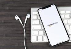 Symbol för amasonsäljareapplikation på närbild för skärm för Apple iPhone X AmazonSeller app symbol Amasonsäljareapplikation Soci Royaltyfria Foton