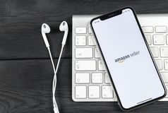 Symbol för amasonsäljareapplikation på närbild för skärm för Apple iPhone X AmazonSeller app symbol Amasonsäljareapplikation Soci Arkivfoton