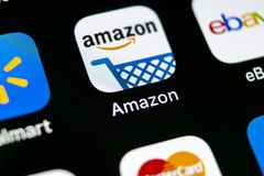 Symbol för amasonshoppingapplikation på närbild för skärm för Apple iPhone X Amason som shoppar app-symbolen Amasonmobilapplikati Royaltyfri Foto