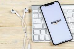 Symbol för amasonshoppingapplikation på närbild för skärm för Apple iPhone X Amason som shoppar app-symbolen Amasonmobilapplikati royaltyfria foton