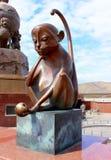 Symbol för apa för bronsskulptur av den kinesiska zodiaken Arkivfoto