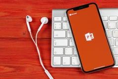 Symbol för applikation för Powerpoint för Microsoft kontor på närbild för skärm för Apple iPhone X PowerPoint app symbol Microsof arkivbilder