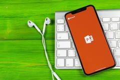 Symbol för applikation för Powerpoint för Microsoft kontor på närbild för skärm för Apple iPhone X PowerPoint app symbol Microsof Fotografering för Bildbyråer