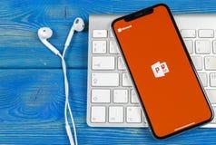 Symbol för applikation för Powerpoint för Microsoft kontor på närbild för skärm för Apple iPhone X PowerPoint app symbol Microsof arkivbild