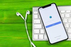 Symbol för Facebook annonsapplikation på närbild för skärm för Apple iPhone X Symbol för Facebook affärsapp Applikation för Faceb Royaltyfria Foton