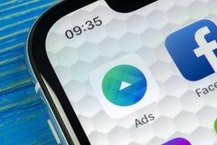 Symbol för Facebook annonsapplikation på närbild för skärm för Apple iPhone X Symbol för Facebook affärsapp Applikation för Faceb arkivfoto