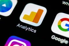 Symbol för Google Analyticsapplikation på närbild för skärm för Apple iPhone X Google Analyticssymbol Google Analyticsapplikation Royaltyfria Foton