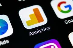 Symbol för Google Analyticsapplikation på närbild för skärm för Apple iPhone X Google Analyticssymbol Google Analyticsapplikation Royaltyfria Bilder