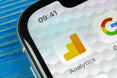 Symbol för Google Analyticsapplikation på närbild för skärm för Apple iPhone X Google Analyticssymbol Google Analyticsapplikation royaltyfri bild
