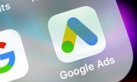 Symbol för Google annonsAdWords applikation på närbild för skärm för Apple iPhone X Den Google annonsen uttrycker symbolen Google royaltyfri fotografi