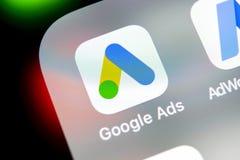 Symbol för Google annonsAdWords applikation på närbild för skärm för Apple iPhone X Den Google annonsen uttrycker symbolen Google arkivbilder