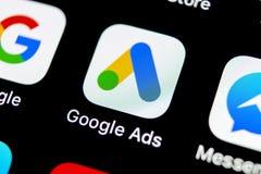 Symbol för Google annonsAdWords applikation på närbild för skärm för Apple iPhone X Den Google annonsen uttrycker symbolen Google arkivbild
