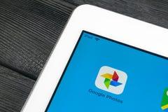 Symbol för Google fotoapplikation på närbild för Apple iPadpro-skärm Google plus fotosymbol Google fotoapplikation samla ihop kom royaltyfri bild