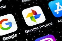 Symbol för Google fotoapplikation på närbild för skärm för Apple iPhone X Google fotosymbol Google fotoapplikation Social massmed arkivbilder