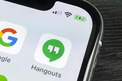 Symbol för Google hakapplikation på närbild för skärm för smartphone för Apple iPhone X Google håller till app-symbolen bilden fö Royaltyfria Bilder