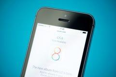 Symbol för IOS 8 på den Apple iPhonen 5S Arkivbild