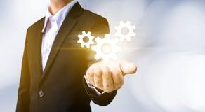 Symbol för kugghjul för affärsmanhandinnehav, affärsinternetuppkoppling Arkivfoto