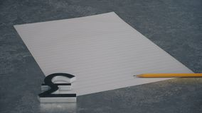 Symbol för metallpundvaluta med linjen papper och blyertspenna på konkret bakgrund stock illustrationer