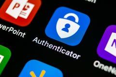 Symbol för Microsoft authenticatorapplikation på närbild för skärm för smartphone för Apple iPhone X Symbol för Microsoft Authent Arkivbilder