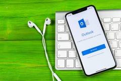 Symbol för Microsoft Outlookkontorsapplikation på närbild för skärm för Apple iPhone X Microsoft Outlook app symbol Applic Micros Arkivbild