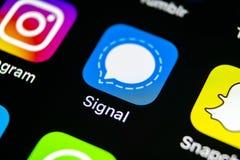 Symbol för signalbudbärareapplikation på närbild för skärm för smartphone för Apple iPhone X Symbol för signalbudbärareapp anslut Arkivbilder
