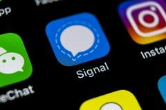 Symbol för signalbudbärareapplikation på närbild för skärm för smartphone för Apple iPhone X Symbol för signalbudbärareapp anslut fotografering för bildbyråer