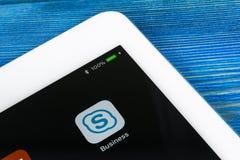 Symbol för Skype affärsapplikation på närbild för skärm för Apple iPadpro-smartphone Symbol för app för Skype affärsbudbärare Soc Royaltyfria Foton