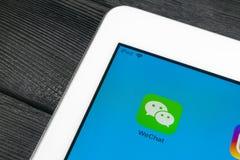 Symbol för Wechat budbärareapplikation på närbild för skärm för Apple iPadpro-smartphone Symbol för Wechat budbärareapp anslutnin arkivfoton