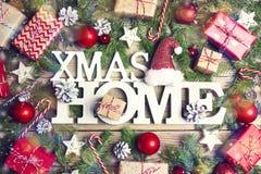 Symbol för Xmas för festlig titel hem- med julgranfilialer, pres arkivfoton