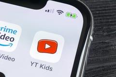 Symbol för YouTube ungeapplikation på närbild för skärm för smartphone för Apple iPhone X Youtube lurar app-symbolen Social massm Arkivfoto