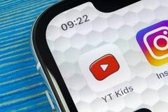 Symbol för YouTube ungeapplikation på närbild för skärm för smartphone för Apple iPhone X Youtube lurar app-symbolen Social massm Royaltyfri Foto
