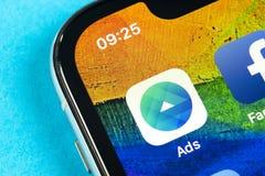 Symbol f?r Facebook annonsapplikation p? n?rbild f?r sk?rm f?r Apple iPhone X Symbol f?r Facebook aff?rsapp Applikation f?r Faceb royaltyfria foton
