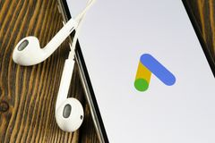 Symbol f?r Google annonsAdWords applikation p? n?rbild f?r sk?rm f?r Apple iPhone X Den Google annonsen uttrycker symbolen Google royaltyfria bilder