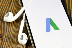 Symbol f?r Google annonsAdWords applikation p? n?rbild f?r sk?rm f?r Apple iPhone X Den Google annonsen uttrycker symbolen Google arkivfoto