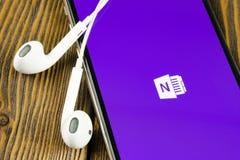 Symbol f?r Microsoft OneNote kontorsapplikation p? n?rbild f?r sk?rm f?r Apple iPhone X Microsoft en anm?rkningsapp-symbol Micros arkivfoto