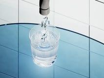 Symbol H2O drybluje w szklanego komputerowego rendering Zdjęcia Royalty Free