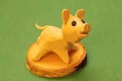 Symbol nadchodzący 2019 na Chińskim kalendarzu Postać dobra zabawy plasteliny świnia na drewnianym stojaku na zielonym tle zdjęcia royalty free