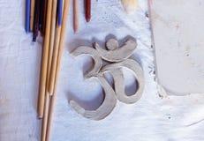Symbol OM mit Lehm auf dem Schreibtisch Stockfotografie