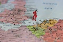 Symbol pracownik bierze jego torby i opuszcza UK po Brexit, konceptualna mapa po UK rozdzielenia od Europa Obrazy Stock
