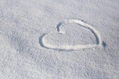 Symbol serce malował na świeżym białym śniegu Zdjęcia Stock