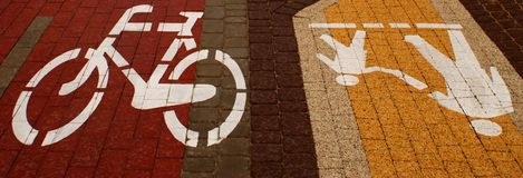 Symbol som indikerar vägen för gångare- och bicycl-, mjuk-fokus, gångare- och bicycltecken på gångaren och bicyclvägen arkivbild