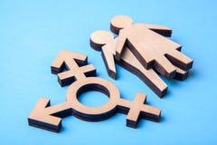 Symbol transgender i sylwetki mężczyzna i kobieta drewno na błękicie zdjęcie stock