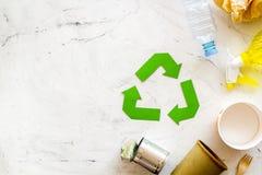 Symbol und unterschiedlichen Abfall oben aufbereiten, Papierschale, Plastikflasche, Dose für Ökologie auf MarmorDraufsichtspott d lizenzfreie stockfotografie