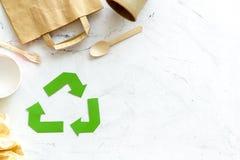 Symbol und unterschiedlichen Abfall oben aufbereiten, Papiertüte, Schale, Besteck für Ökologie auf MarmorDraufsichtspott des hint lizenzfreie stockfotos