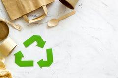 Symbol und unterschiedlichen Abfall oben aufbereiten, Papiertüte, Schale, Besteck für Ökologie auf MarmorDraufsichtspott des hint stockfoto